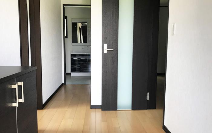 落ち着いた色の建具と床