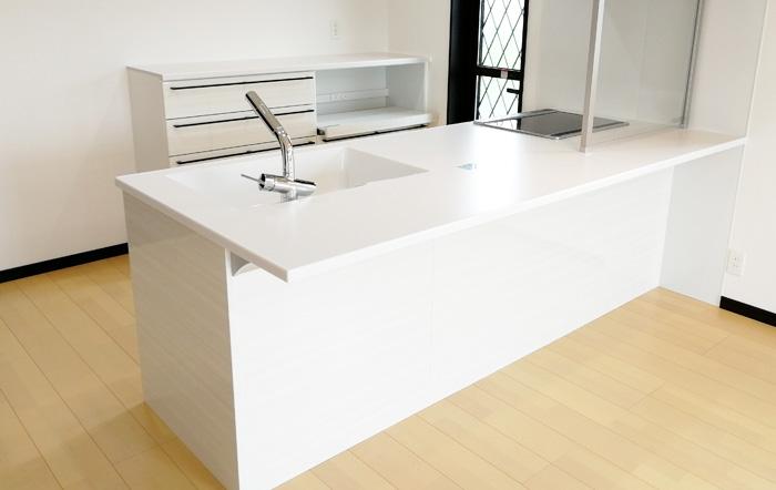 対面式のシステムキッチンには透明のオイルガード