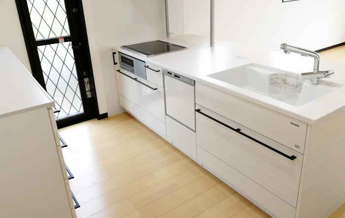 収納も確保しつつ、清潔感のある明るいキッチン
