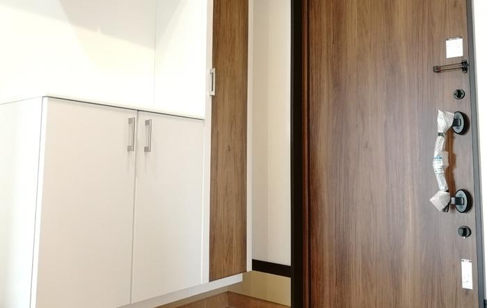玄関ドアは優しい色合いで温もりを感じさせる木目調