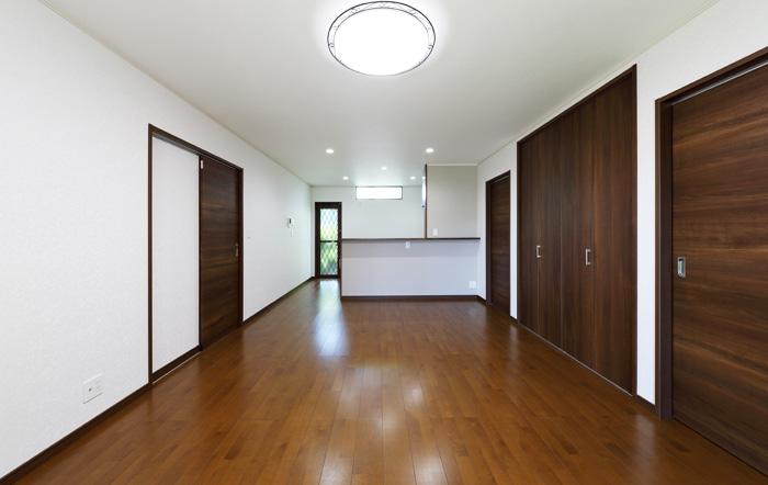 仕事スペースを広く取るため18畳と広めのリビング