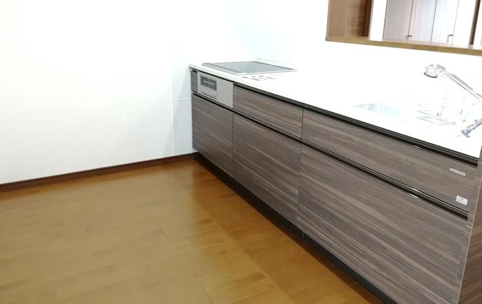 キッチンの扉は建具に合わせて木目調に