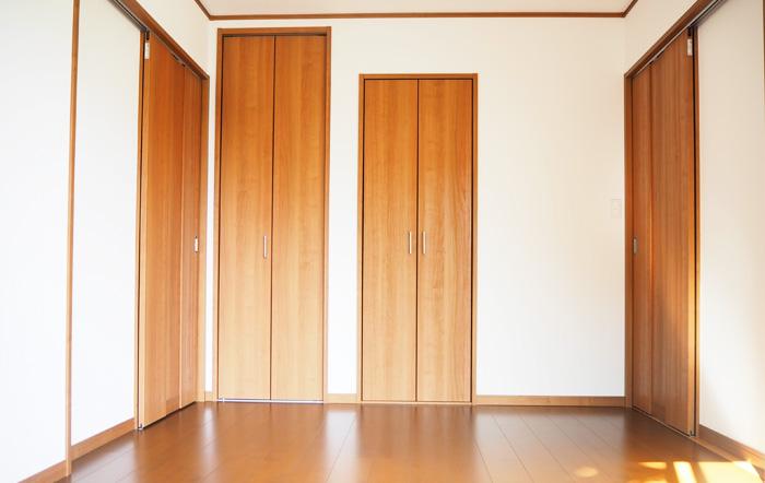 フローリングと相性のいい色のドアや建具