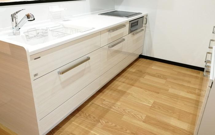 白色で清潔感がある対面式キッチン