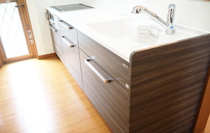 キッチンは部屋に合わせた濃い木目調