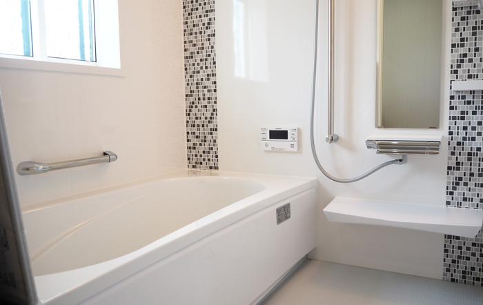 浴室パネルの一部のモザイクタイル柄がいいアクセントに