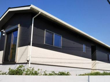 外壁はチャコールとホワイトの組み合わせでシンプルモダンな平屋
